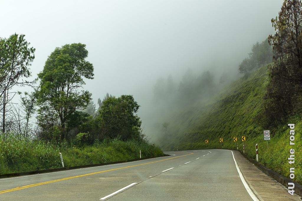 Die Strasse von Guayaquil nach Cuenca ist gut ausgebaut. Wolken ziehen herein.