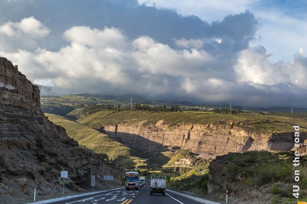 Die Autobahn nach Otavalo folgt der Topografie