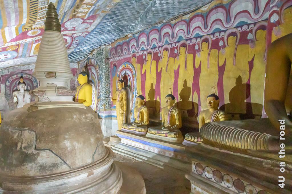 Buddha-Statuen im farbigen Kandy-Stil in Höhle 3 des Dambulla Höhlentempels