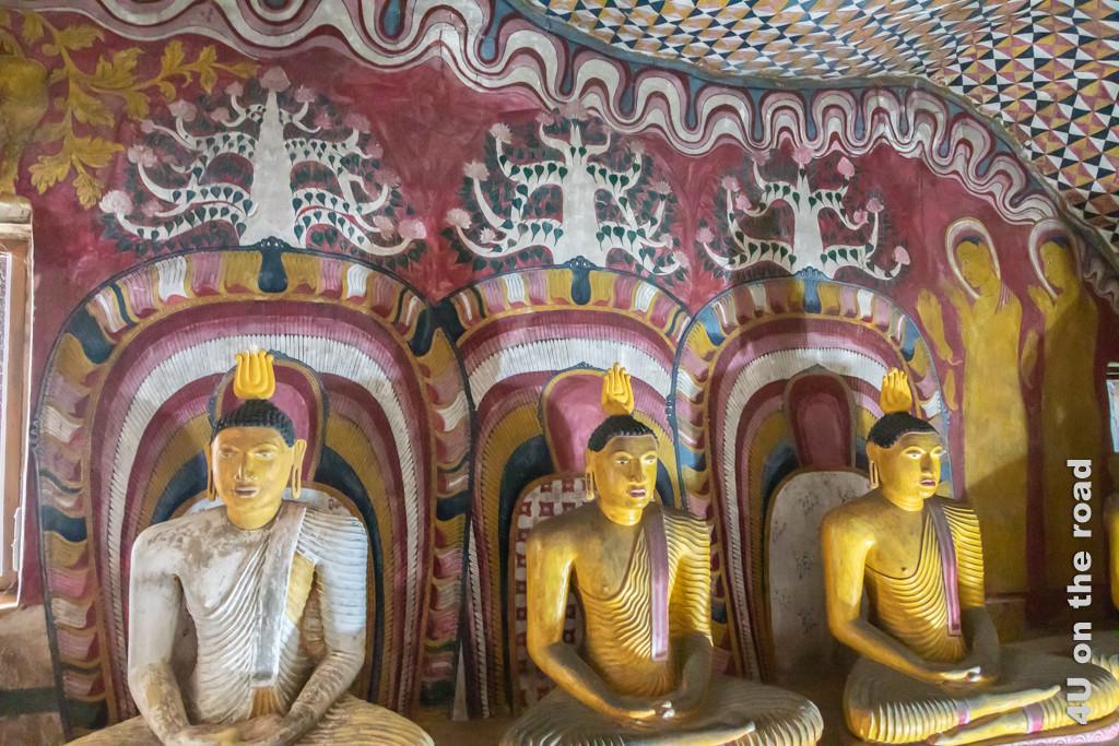 Wandbemalung und sitzende Buddha-Statuen in Höhle 3 des Dambulla Höhlentempels