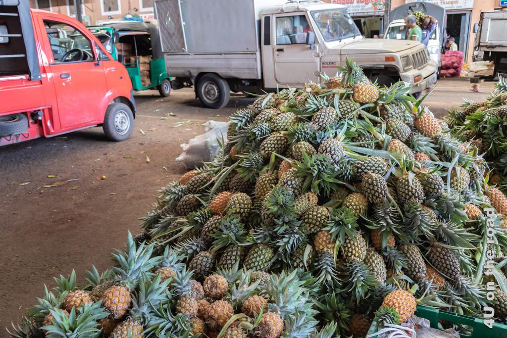 Ein Haufen Ananas am Boden der Markthalle Dambulla