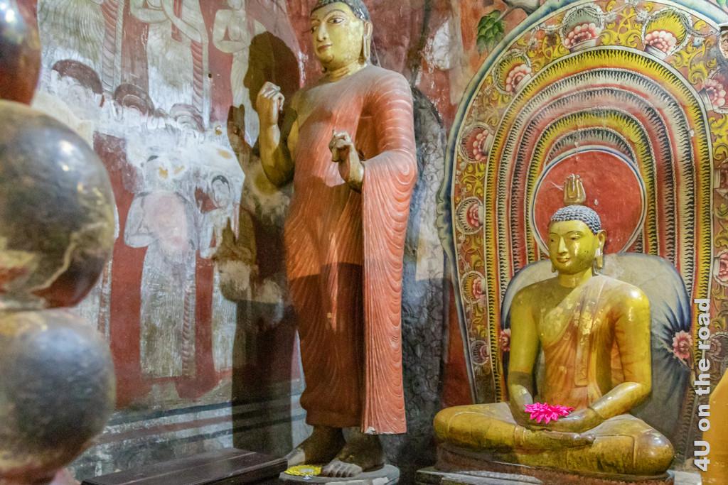 Lieblingsschüler Buddhas, der Ehrwürdige Ananda zu Füssen seines ins Nirwana eingehenden Lehrers stehend - Höhle 1 des Dambulla Höhlentempels
