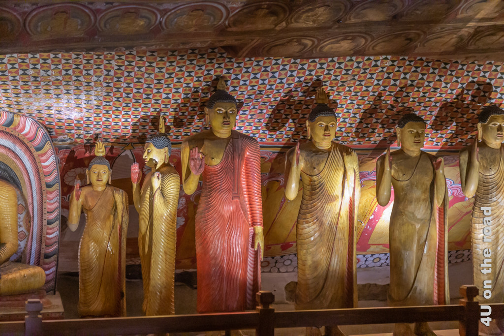 Stehende Buddha-Statuen in Höhle 2 des Dambulla Höhlentempels