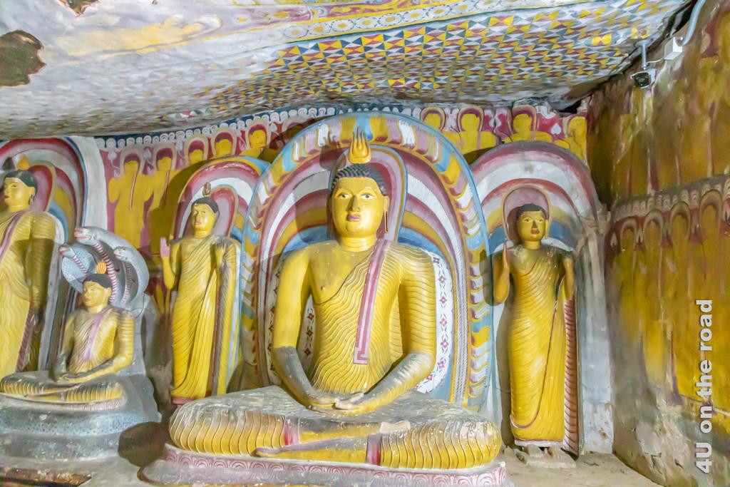 Farbige Statuen im Kandy-Stil in Höhle 3 des Dambulla Höhlentempels