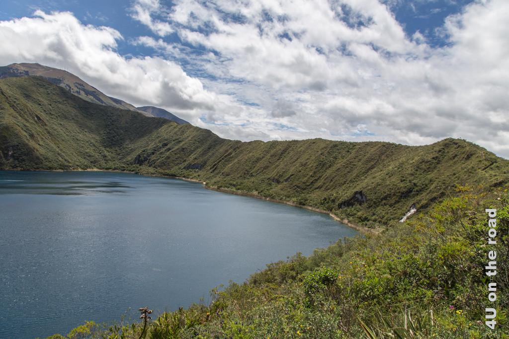 Auf dem Kraterrand der Laguna de Cuicocha führt der Wanderweg entlang