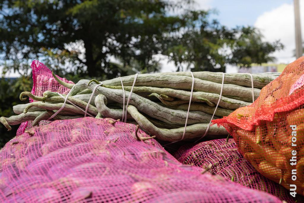Schlangengurken auf einem LKW, der auf die Einfahrt in die Markthalle von Dambulla wartet.