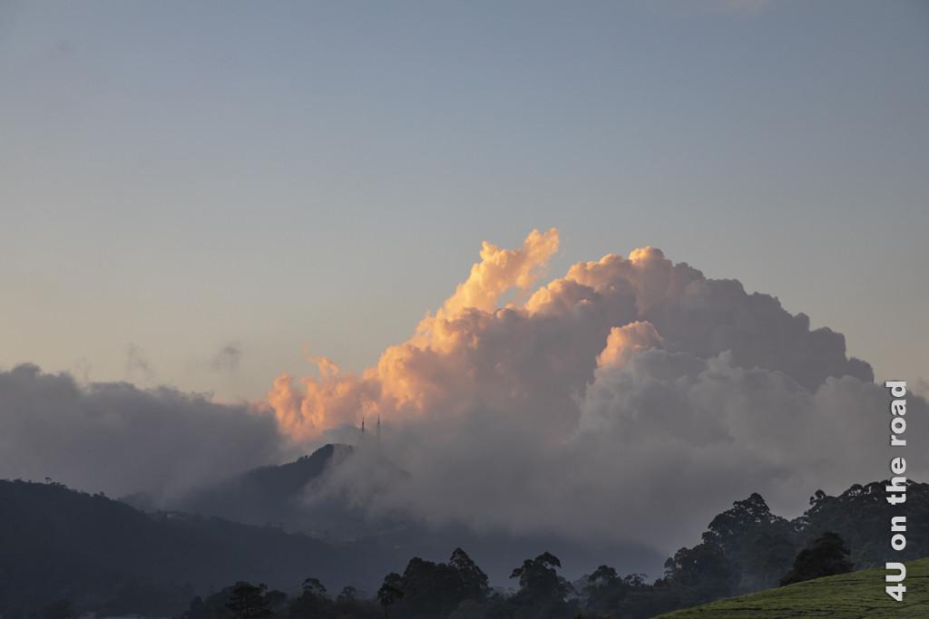 Blick von der Terrasse des Tea Plant Hotels in Nuwara Eliya auf die angeleuchtete Wolke