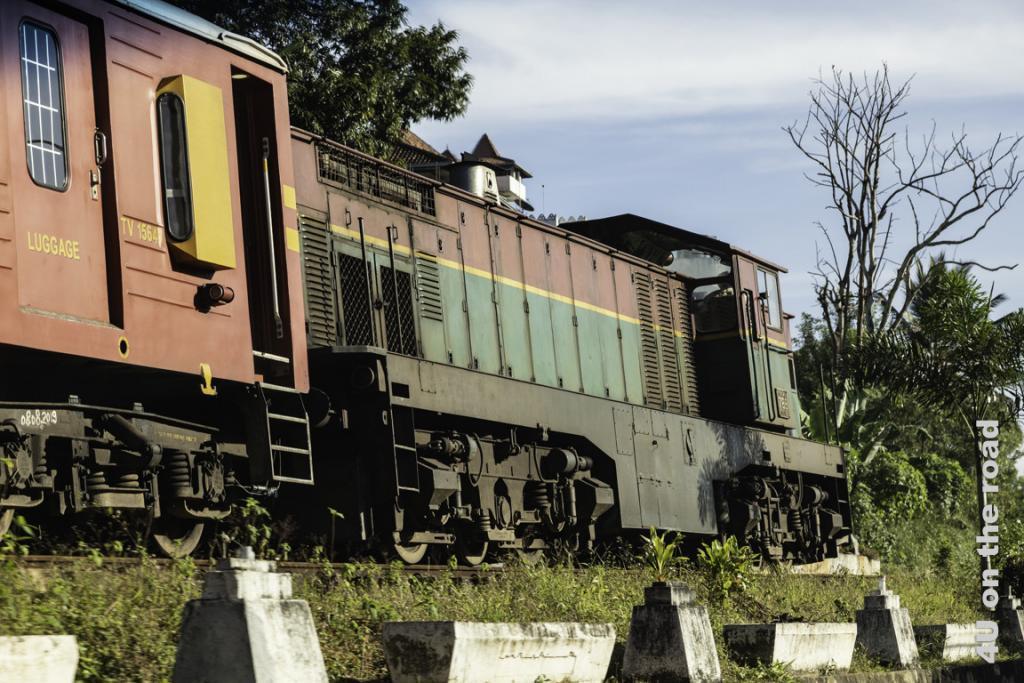 Auf dem Weg zum Bahnhof nach Kandy werden wir sogar von diesem Zug überholt