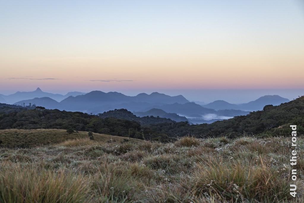 Ausblick auf die Bergwelt im ersten Licht des Tages vom Horton Plains Nationalpark