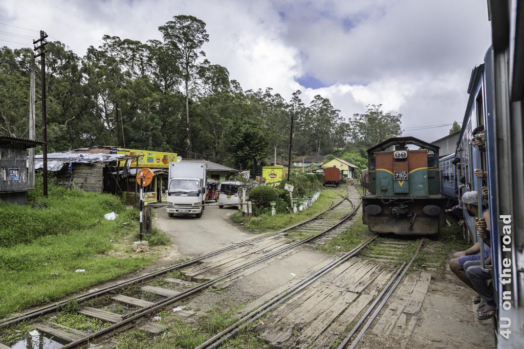 Gegenverkehr auf der Zugstrecke von Nuwara Eliya nach Ella auf der meist einspurigen Strecke
