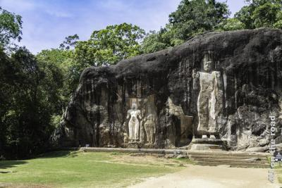Linke Seite der Felswand im Buduruwagala Tempel