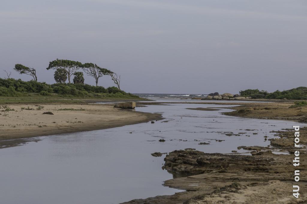 Endlich sehen wir das Meer am Rand des Yala Nationalparks wieder. Allerdings leben hier Krokodile.