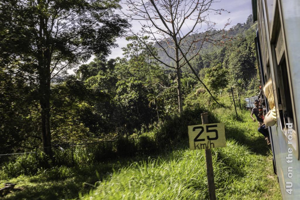 Der total überfüllte Zug eilt mit 25 km/h seinem Ziel entgegen - Zugfahrt von Kandy nach Nuwara Eliya