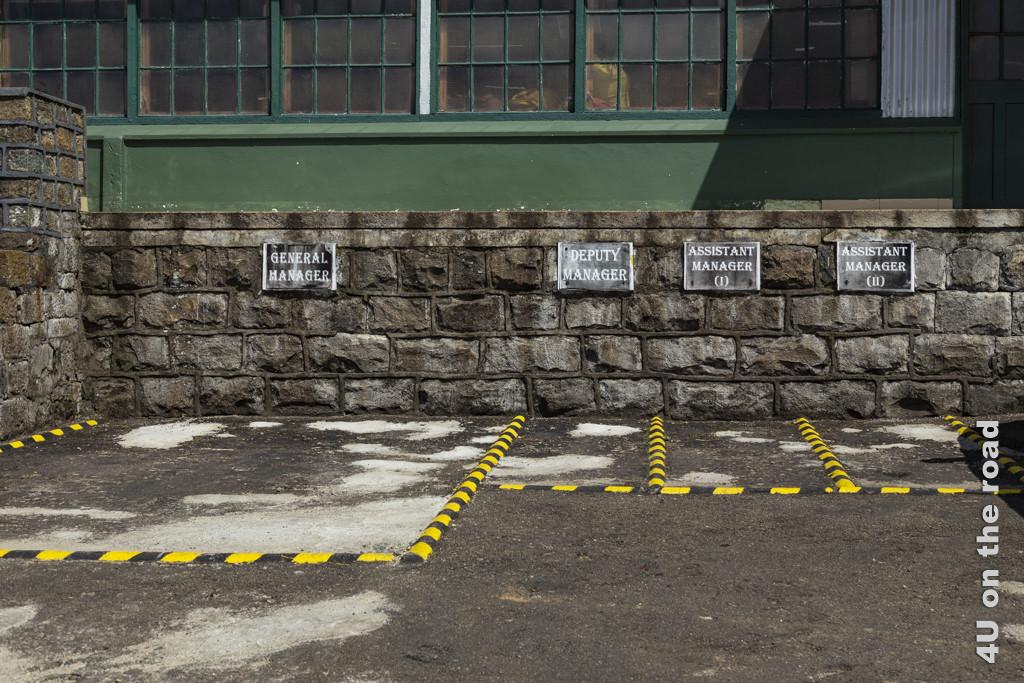 Die Gewichtung der Jobs ist am Parkplatz ablesbar - Dambatenne Tea Factory
