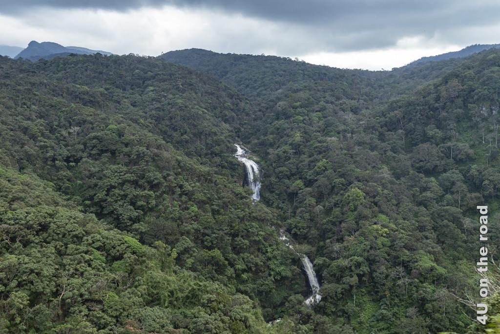 Wasserfall entlang der Zugstrecke von Nuwara Eliya nach Ella