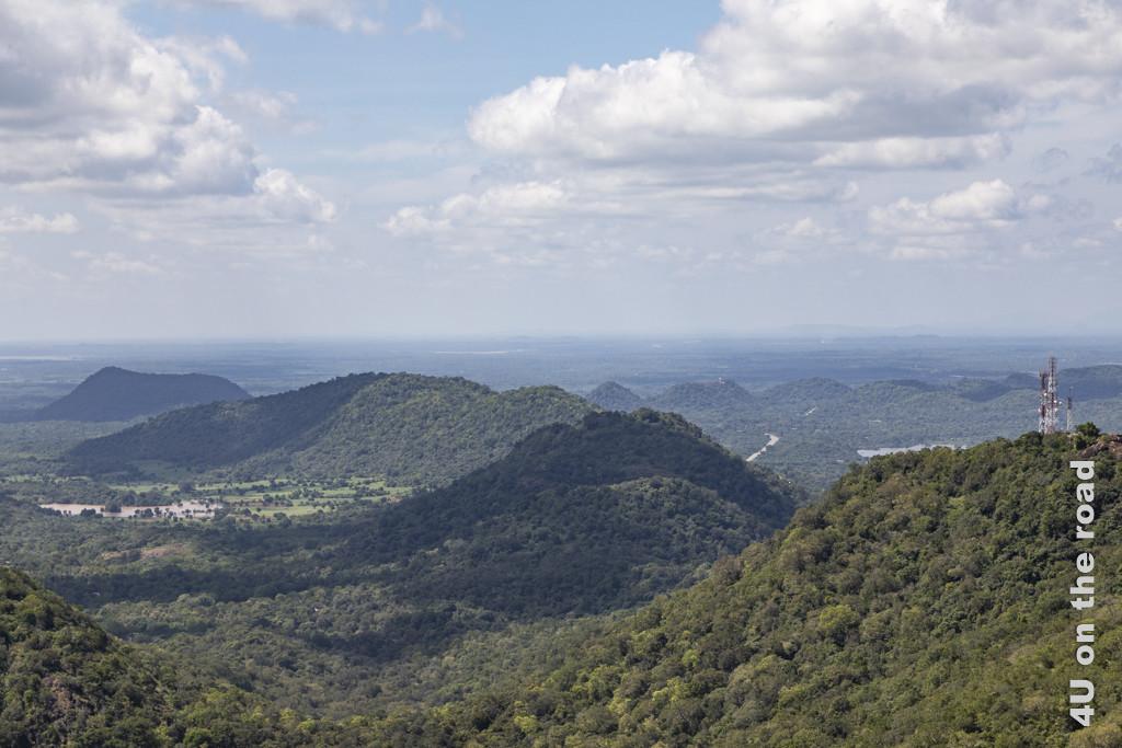 Aussicht auf eine Hügelkette vom Wedahiti Kanda Tempel auf den Kataragama Hills