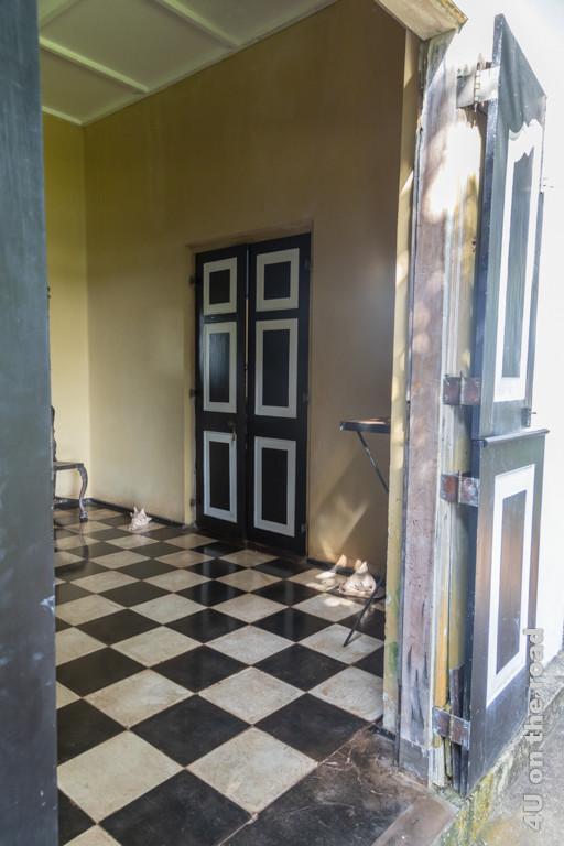 Blick ins Haus durch eine geöffnete Tür - Lunuganga