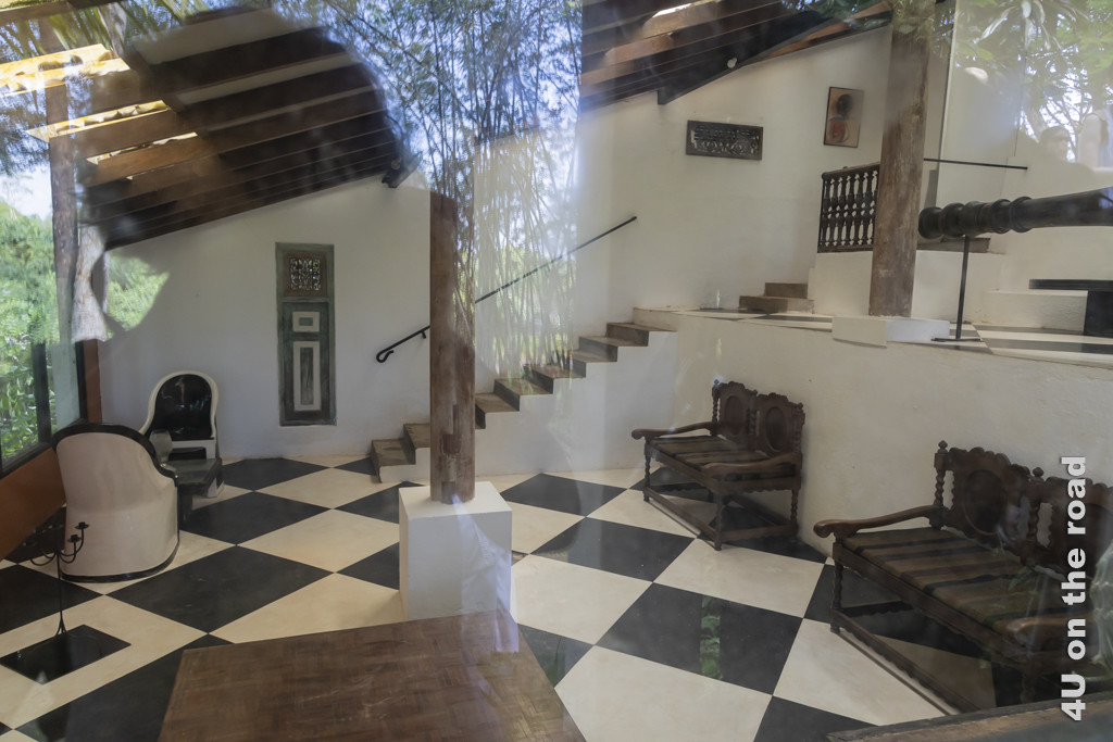 Blick durchs Fenster auf die Inneneinrichtung durch Geoffrey Bawa im alten Bungalow - Lunuganga