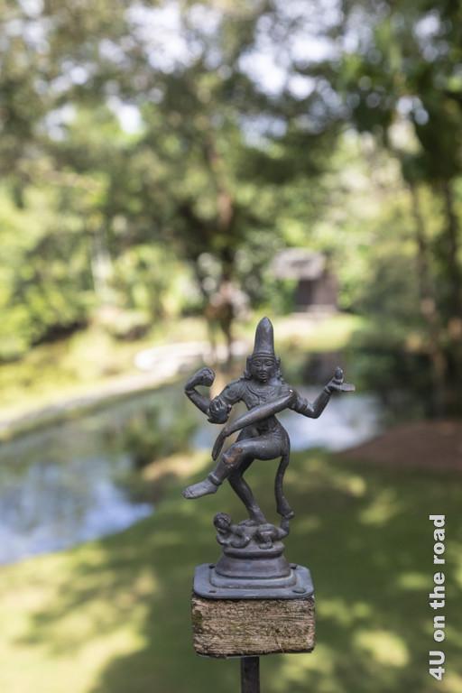 Skulptur oberhalb des Schmetterlingssee - Lunuganga