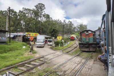 Zugbegegnung auf der meist einspurigen Strecke von Kandy nach Nuwara Eliya
