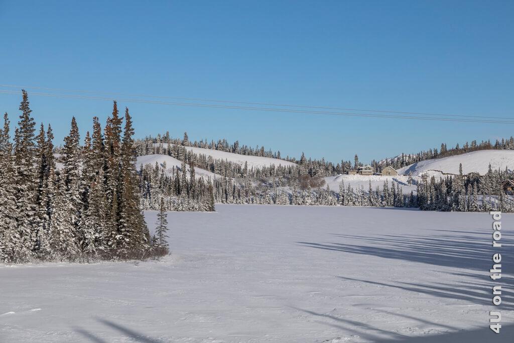 Ausblick vom Viewpoint auf eine Ranch und den gefrorenen See