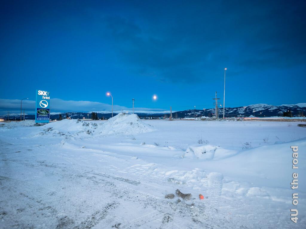 Blick zum Flughafen Whitehorse zur blauen Stunde