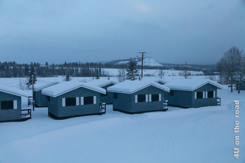 Wer wohl in diesen Hütten hinter dem Carmacks Hotel während der Saison wohnt?