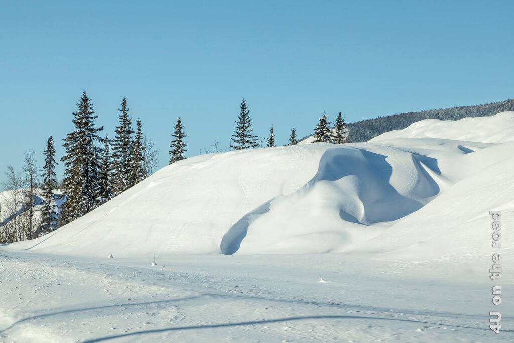 Dynamische Schneewehe mit interessantem Licht und Schattenspiel