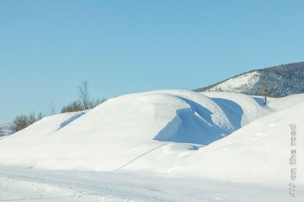 Diese Schneewehe hat abgerundete Spitzen