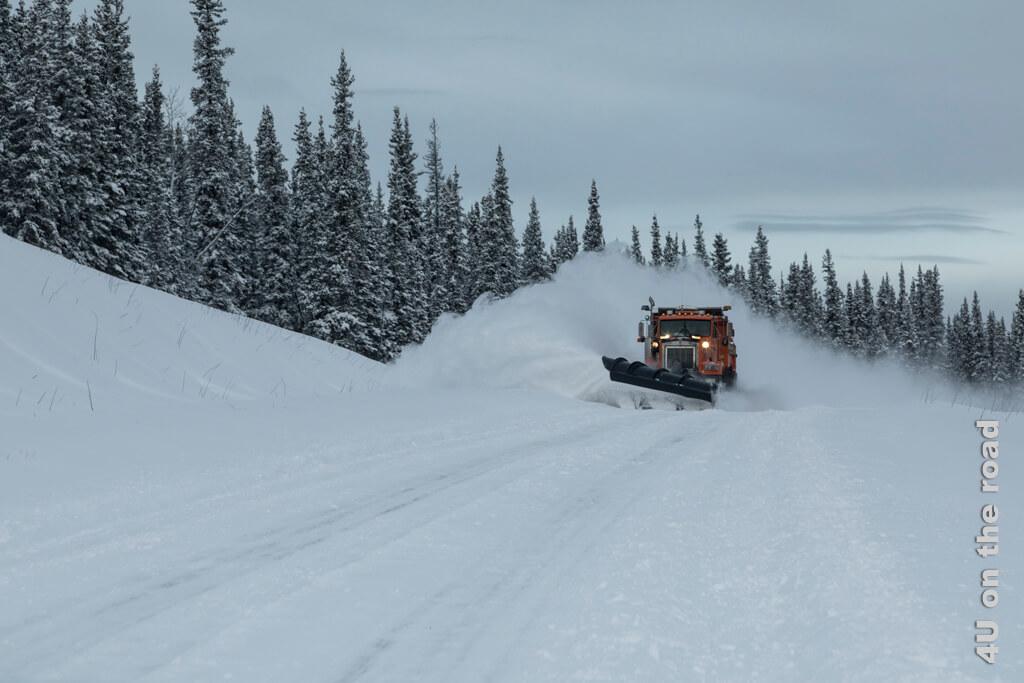 Der Schneepflug kommt uns entgegen - man könnte meinen er räumt Mehl beiseite, so staubt es.
