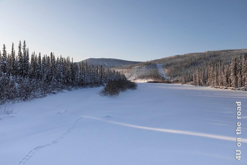 Der gefrorene Yukon von der Brücke aus fotografiert.