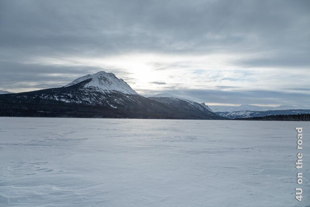 Die Sonne verschwindet hinter dem Horizont und die Wolkendecke über dem Tagish Lake wird immer dicker.