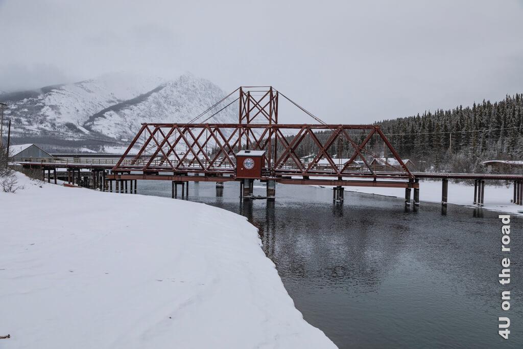 Blick von der Fussgängerbrücke auf die Eisenbahnbrücke von 1900 in Carcross
