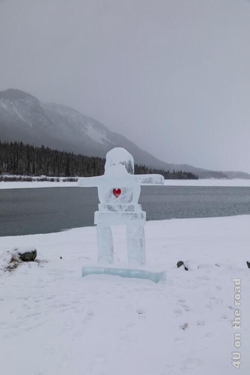 Eisstatue am Bennett Lake in Carcross im Winter 2020