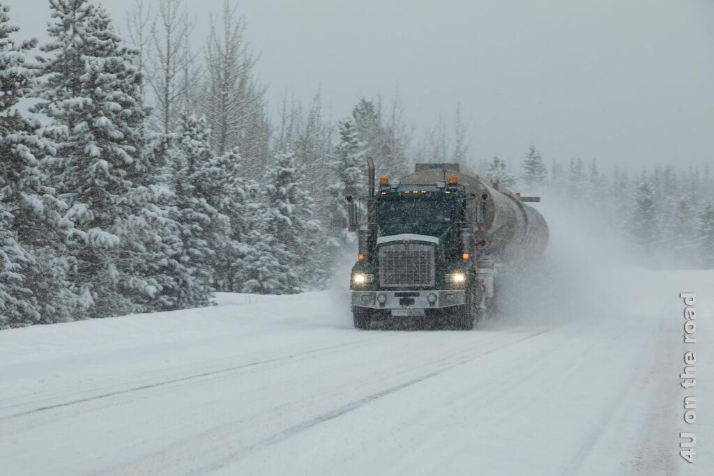 Gegenverkehr - dieser LKW hat es noch über den White Pass geschafft