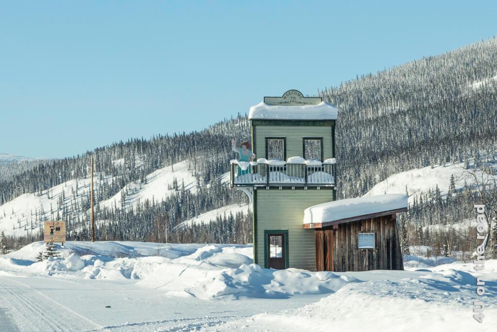 Diese Kulissen am Strassenrand kündigen die nahende Stadt an - Dawson City