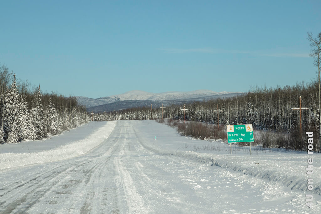 Noch 111 Kilometer bis Dawson City - auf einsamen Strassen macht es einfach Spass zu fahren.