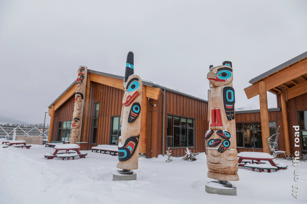 Weitere Totems vor dem Tagish First Nation Learning Center - Carcross