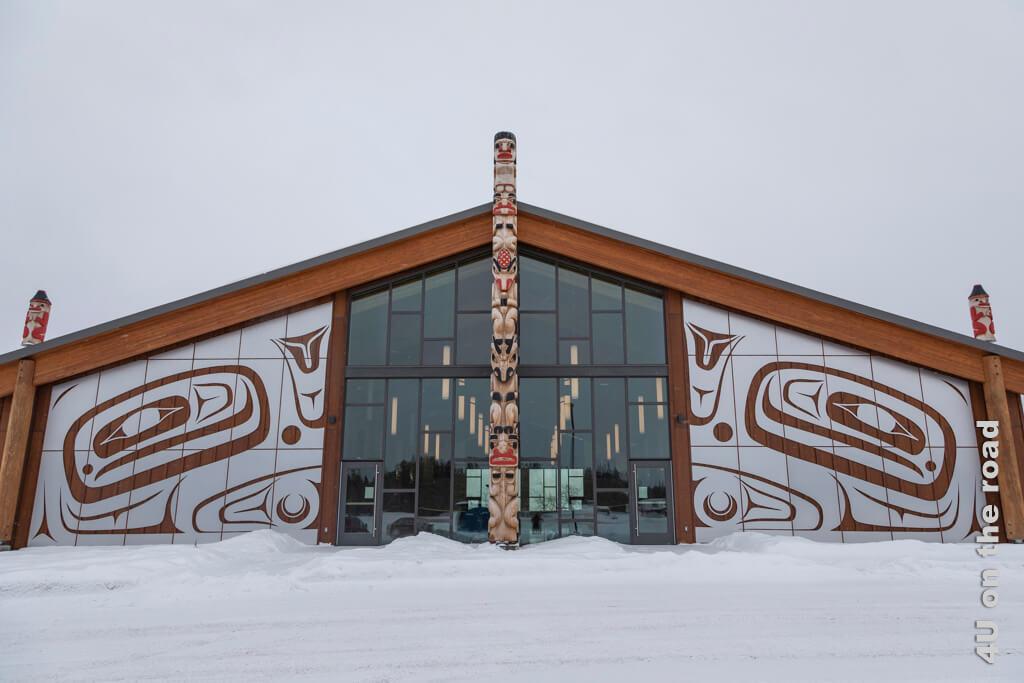 Mother of Games (in der Mitte) und ihre beiden Ehemänner (klein auf dem Dach) - Tagish First Nation Learning Center