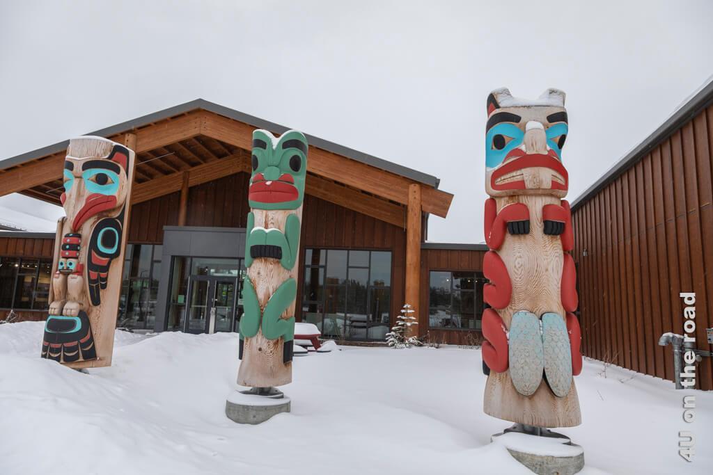 Totems vor dem Tagish First Nation Learning Center