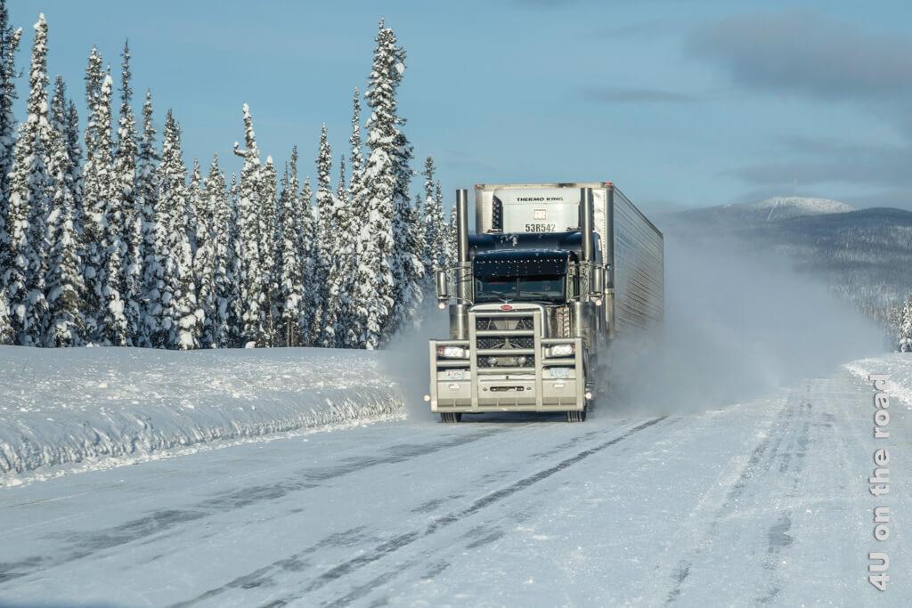 Dieser Truck zieht eine ordentliche Schneefahne hinter sich her