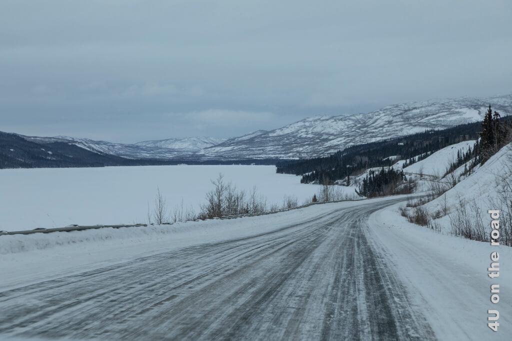 Der Klondike Highway führt lange am Ufer des Fox Lake vorbei - auf dem Weg nach Carmacks
