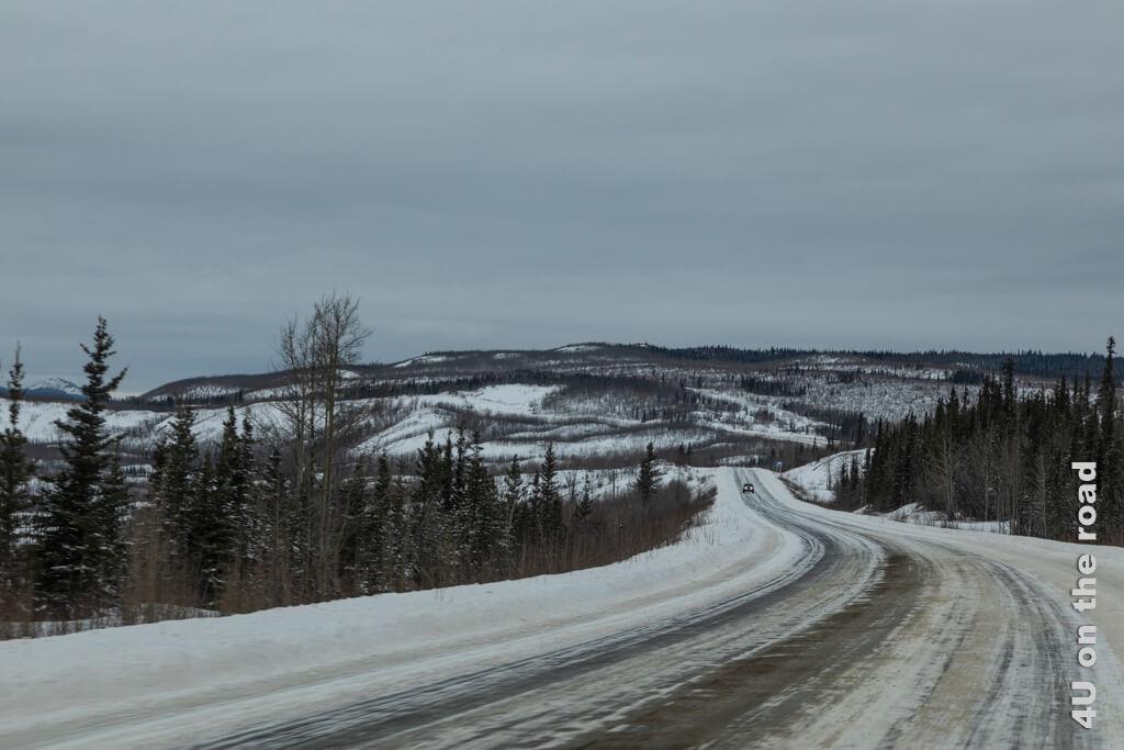 Vor Steigungen streut der Winterdienst ein Kies-Erde-Gemisch auf die Mitte der Strasse, was sich dann breit fährt - Weg nach Carmacks