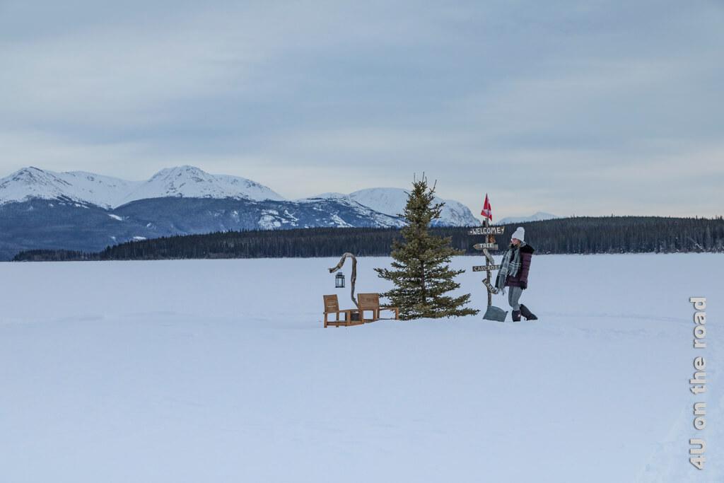 Auf dem Tagish Lake wurde als Ziel für Spaziergänge eine Weihnachtsinsel inszeniert