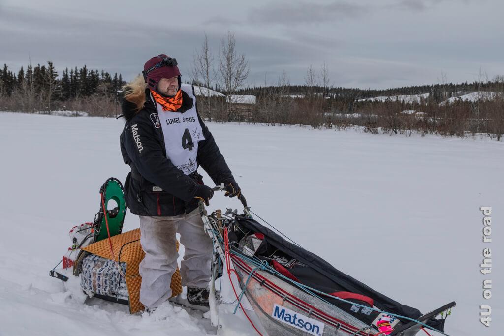 Allen Moore auf seinem Schlitten wenige Meter vorm Zieleinlauf des Yukon Quest in Whitehorse