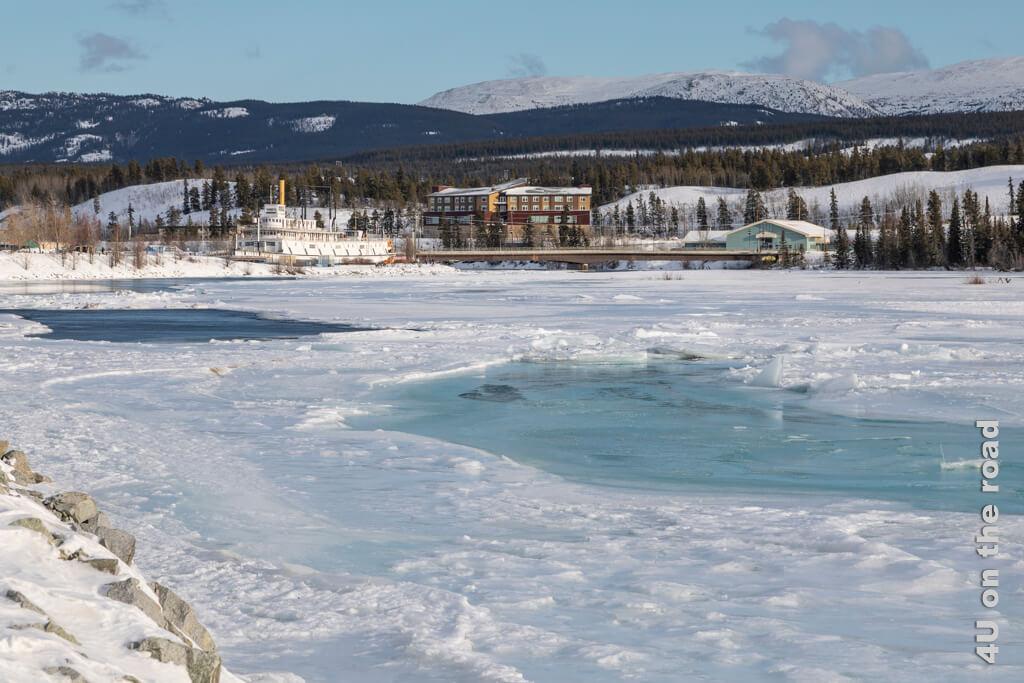 Offene Wasserstellen im Yukon spiegeln die Farben des Himmels wider - Whitehorse Millennium Trail