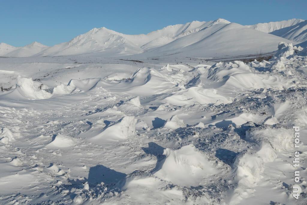Wodurch wohl diese eigenartigen Muster im Schnee entstanden sind? - Tombstone Territorial Park