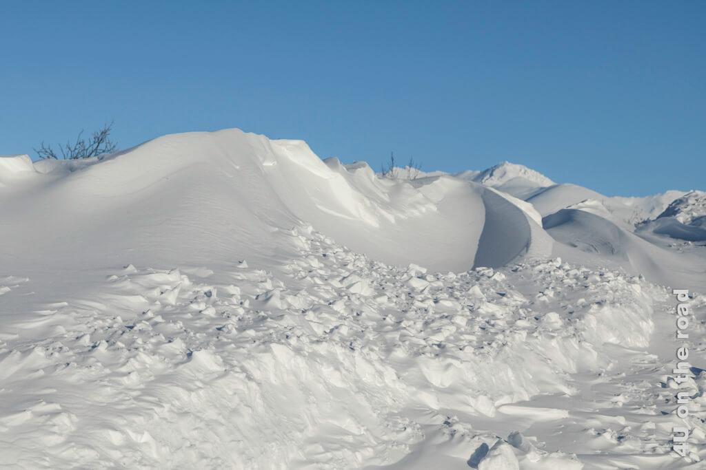 Die Formen der Schneewehen sind genauso spannend wie die Aussicht - Tombstone Territorial Park