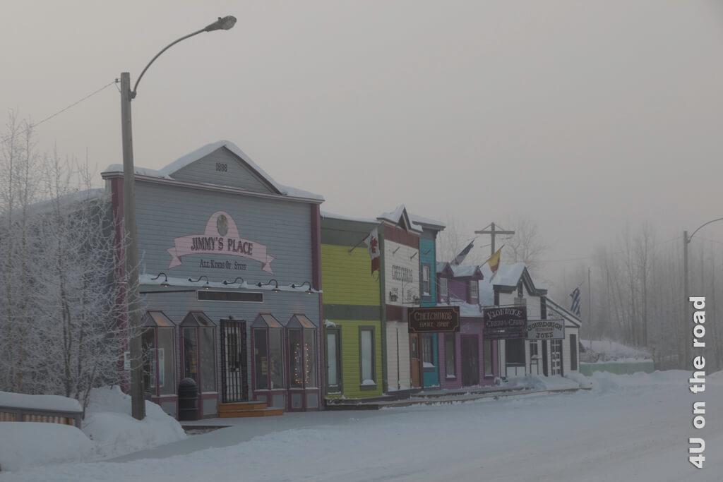 Die Häuser bringen Farbe in die Landschaft - Dawson City