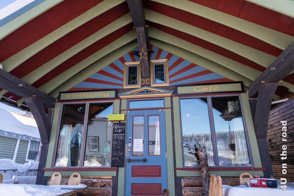 Der Eingang des Alchemy Cafés regt die Fantasie des Besuchers an. - Dawson City